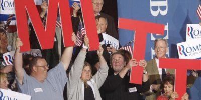 Seguidores sostienen letras que forman el nombre Mitt en referencia al exgobernador de Massachusetts y aspirante republicano a la Presidencia estadounidense, Mitt Romney, previo a su discurso durante un acto de campaña en Manchester, Nuevo Hampshire (EE.UU.). EFE