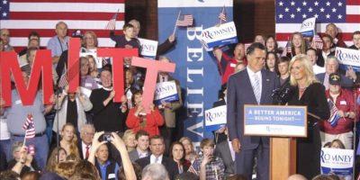 El exgobernador de Massachusetts y aspirante republicano a la Presidencia estadounidense, Mitt Romney (2d), y su esposa, Ann, durante un acto de campaña en Manchester, Nuevo Hampshire (EE.UU.). EFE