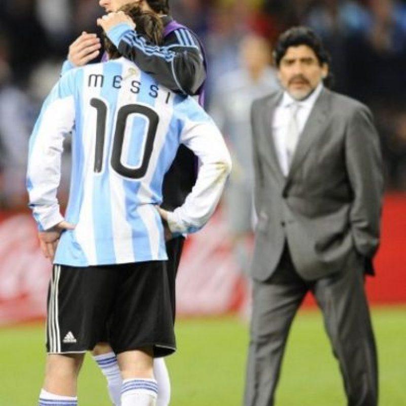 Abrazo de Milito tras la eliminación de Sudáfrica 2010. Foto:AFP