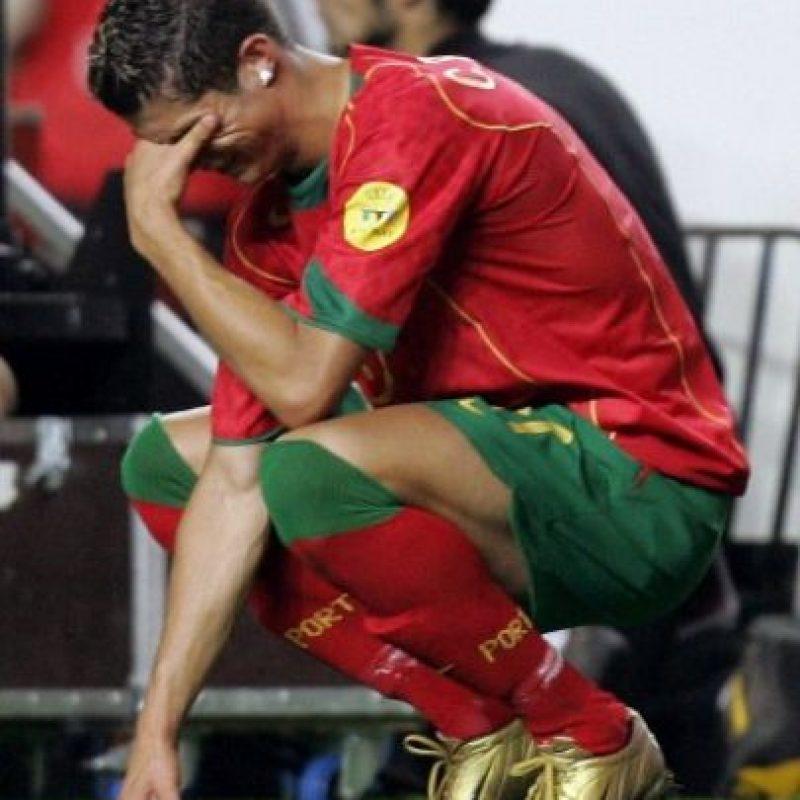 Otro ángulo de su drama tras la derrota en la final de la Eurocopa 2004, estadio De la luz, Lisboa.  Foto:AFP