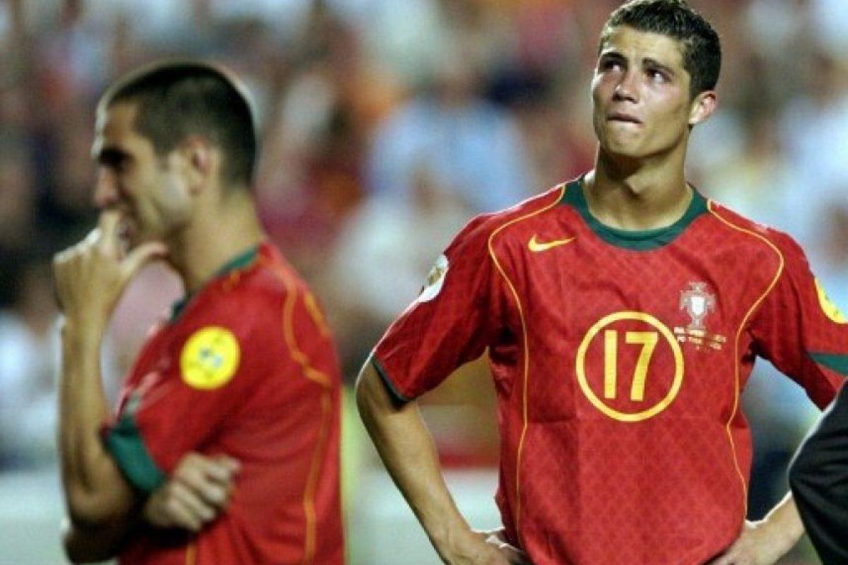 Cuando el mundo apenas lo empezaba a conocer. Final de la Eurocopa que su selección perdió como local frente a Grecia (2004). Foto:AFP