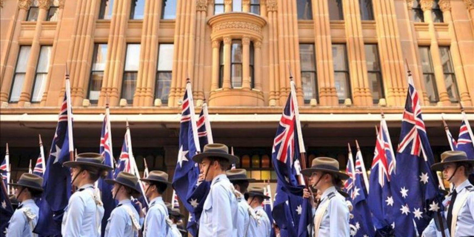 Un grupo de australianos toma parte en el desfile en el Día de las Fuerzas Militares de Australia y Nueva Zelanda (ANZAC, por sus siglas en inglés) hoy, miércoles 25 de abril de 2012, en Sydney (Australia). Australianos y neozelandeses rinden homenaje a aquellos que murieron en desembarco a Gallipoli en la Primera Guerra Mundial. EFE