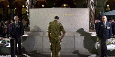Un soldado rinde homenaje frente al Martin Place Cenotafio hoy, miércoles 25 de abril de 2012, durante la conmemoración del ANZAC Day en Sidney (Australia). Australianos y neozelandeses rinden homenaje a aquellos que murieron en Gallipoli en la Primera Guerra Mundial y en otros conflictos alrededor del mundo. EFE