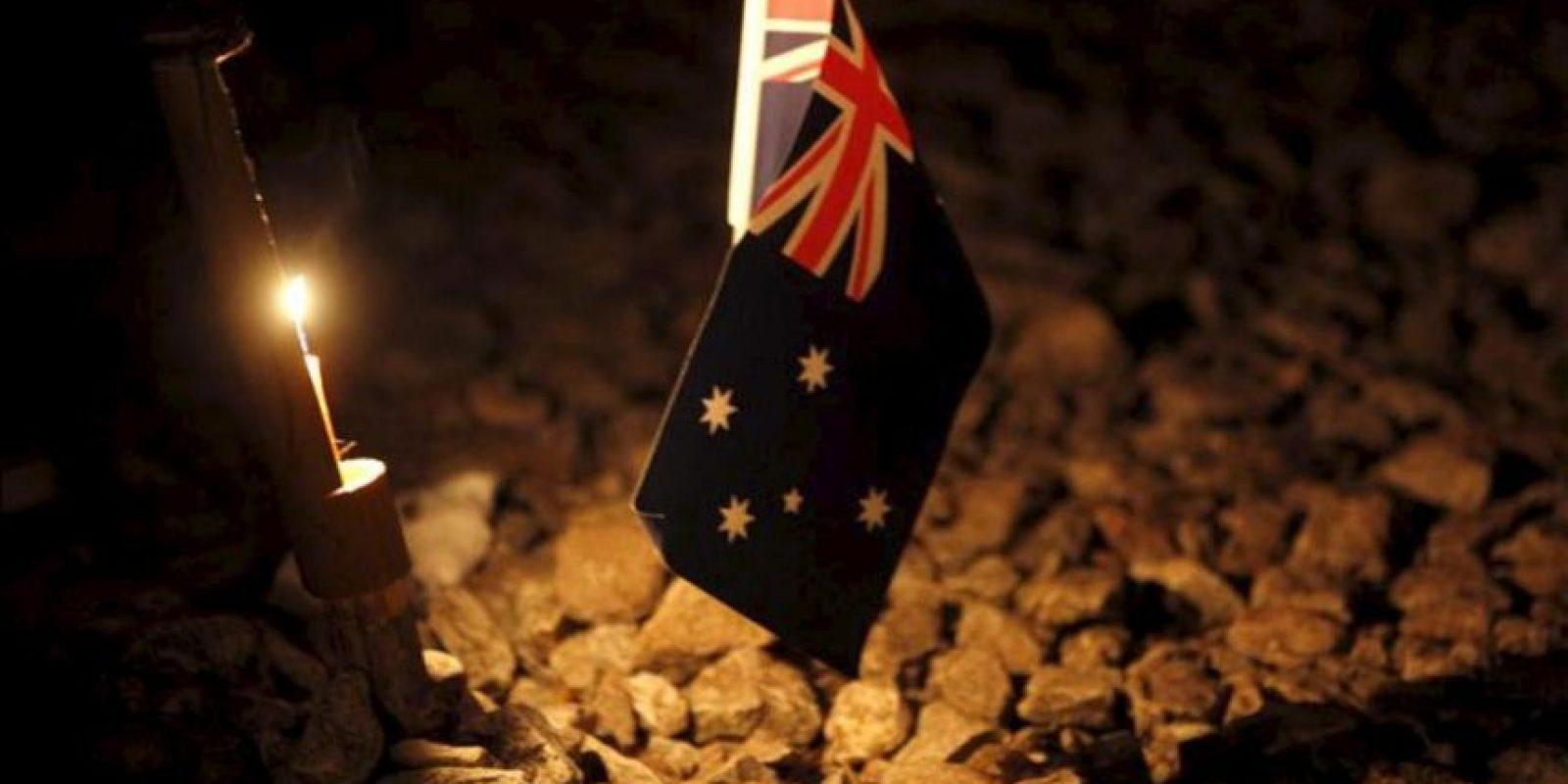 Una bandera australiana y una vela durante una ceremonia de alborada para conmemorar el día de las fuerzas armadas de Australia y Nueva Zelanda, hoy, miércoles 25 de abril de 2012. EFE