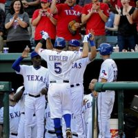 El jugador de Vigilantes Ian Kinsler (c) celebra con sus compañeros después de batear un cuadrangular para una carrera durante un partido ante Yanquis por la MLB en el Rangers Ballpark de Arlington, Texas (EE.UU.). EFE
