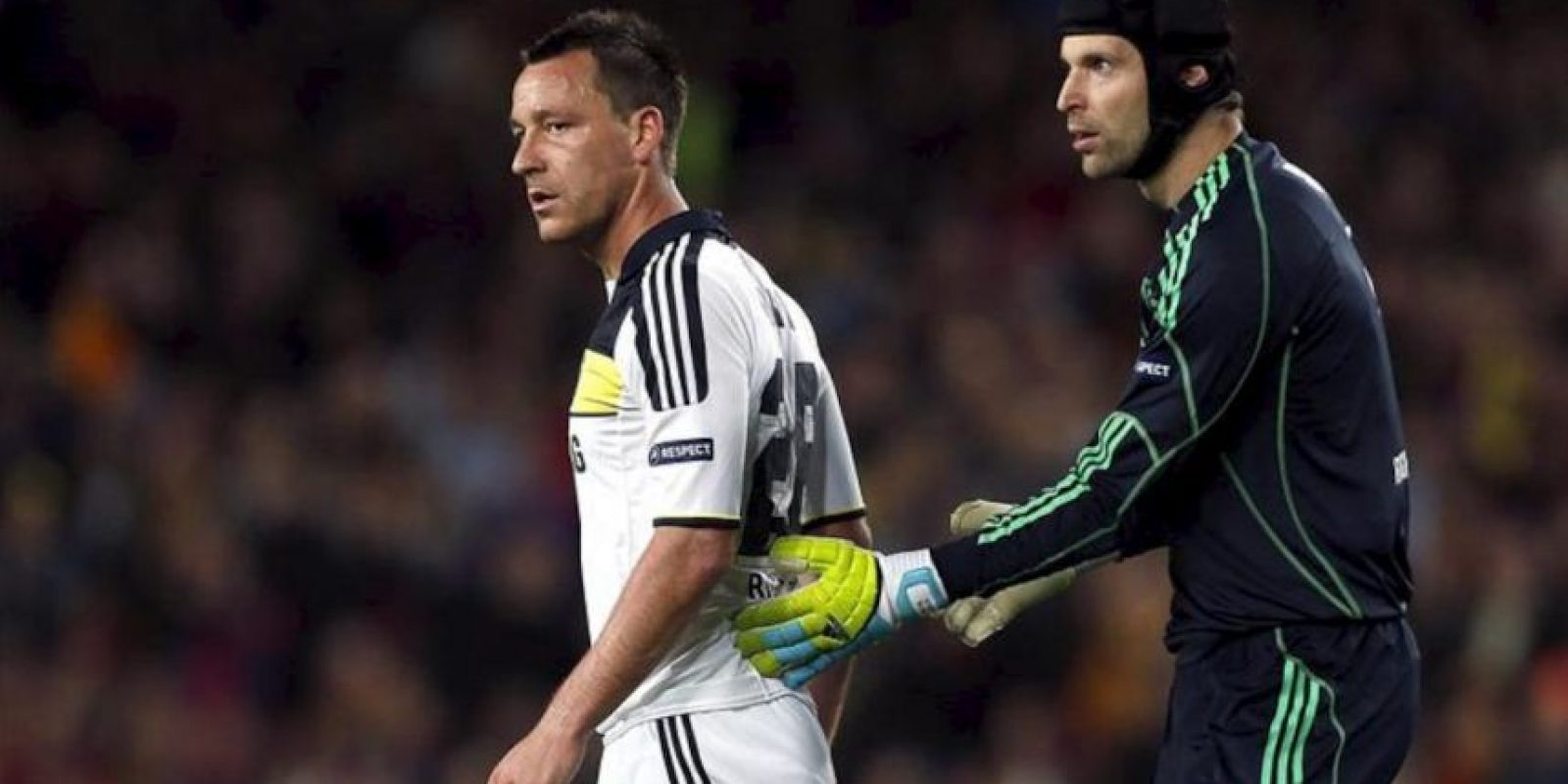 El portero checo del Chelsea, Petr Cech (d), consuela a su compañero John Terry tras ser expulsado, durante el encuentro, correspondiente a la vuelta de las semifinales de la Liga de Campeones, que disputaron FC Barcelona y Chelsea, anoche, en el Camp Nou, en Barcelona. EFE