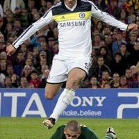 El delantero del Chelsea, Fernando Torres (arriba), supera a Víctor Valdés, del FC Barcelona, para conseguir el segundo gol del equipo inglés, durante el encuentro, correspondiente a la vuelta de las semifinales de la Liga de Campeones, que disputaron los dos equipos este martes en el Camp Nou, en Barcelona. EFE