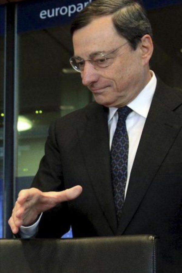 El presidente del Banco Central Europeo, Mario Draghi, llega para comparecer ante la Comisión de Asuntos Monetarios y Económicos del Parlamento Europeo, en Bruselas, Bélgica. EFE
