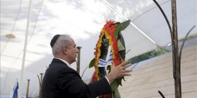 El primer ministro israelí, Benjamín Netanyahu, deposita un ramo de flores en el monumento conmemorativo Yad Lebanim en Jerusalén ayer martes 24 de abril, durante una ceremonia de cara a la celebración este miércoles del Día del recuerdo a los soldados caídos y a las víctimas del terrorismo. EFE
