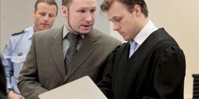 El ultraderechista Anders Behring Breivik conversa con Tord Jordet (d), abogado de su defensa, durante la octava jornada del juicio por los atentados del 22 de julio en Noruega, en los que murieron 77 personas, cuya duración prevista es de diez semanas, en Oslo, Noruega, hoy, miércoles 25 de abril de 2012. EFE