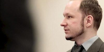 El ultraderechista Anders Behring Breivik durante la octava jornada del juicio por los atentados del 22 de julio en Noruega, en los que murieron 77 personas, cuya duración prevista es de diez semanas, en Oslo, Noruega, hoy, miércoles 25 de abril de 2012. EFE