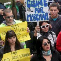 Miles de personas participan en una manifestación en el centro de Santiago de Chile. Unos 50.000 estudiantes, según los organizadores y 25.000, según la Policía, hicieron parte de la primera marcha convocada este año por la Confederación de Estudiantes de Chile en demanda de una educación pública gratuita y de calidad. EFE
