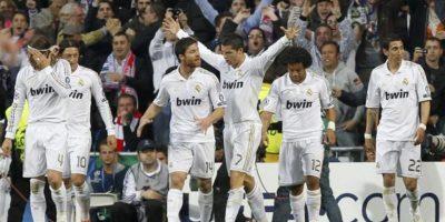 El dealntero portugués del Real Madrid, Cristiano Ronaldo (c), celebra la consecucion del primer gol de su equipo ante el Bayern de Munich, correspondiente a la vuelta de las semifinales de la Liga de Campeones en el estadio Santiago Bernabéu. EFE
