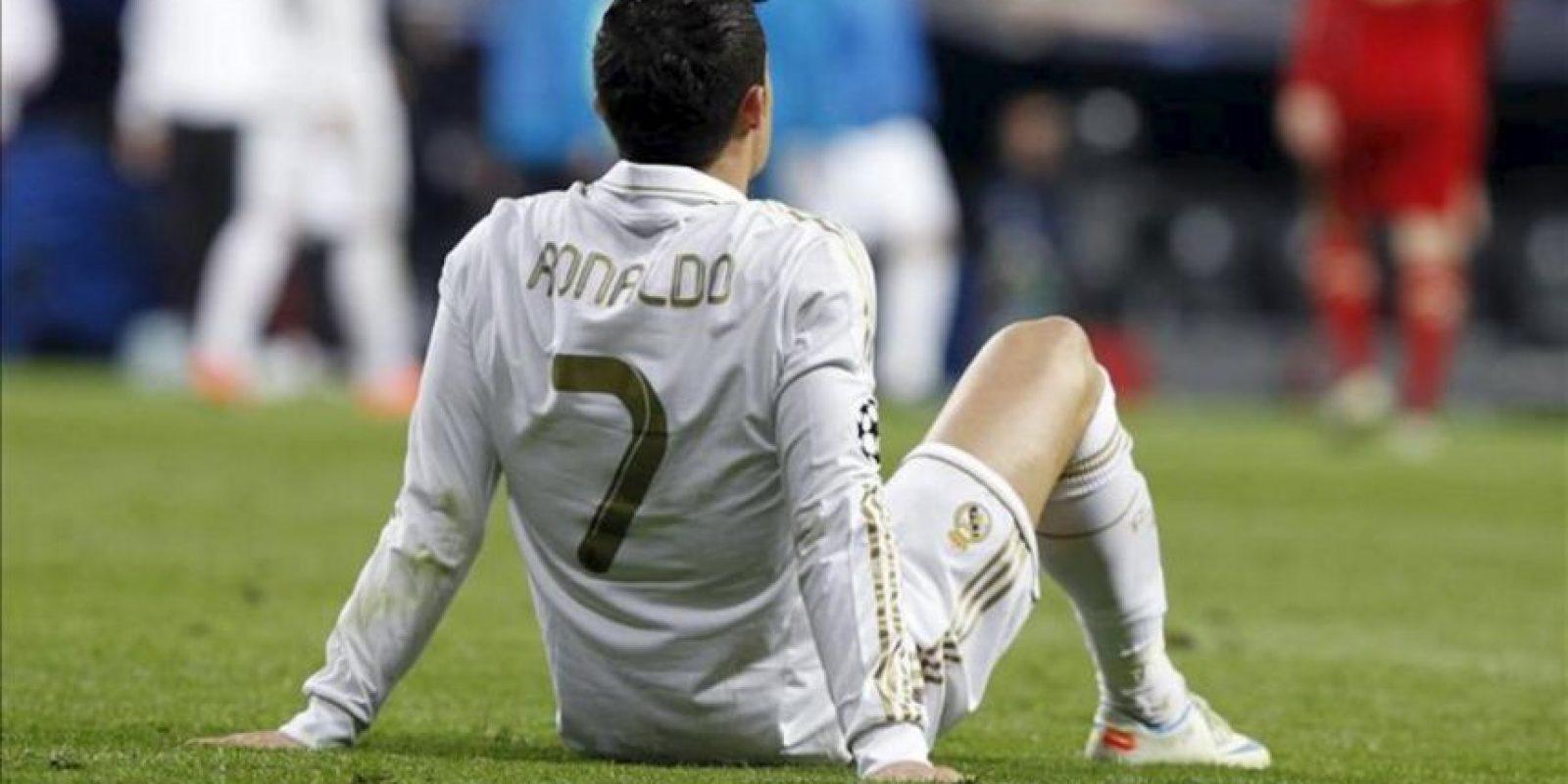 El delantero portugués del Real Madrid, Cristiano Ronaldo, descansa antes de la prórroga del partido frente al Bayern Munich en la vuelta de la semifinal de la Copa de Europa que ambos equipos disputan esta noche en el estadio Santiago Bernabéu. EFE