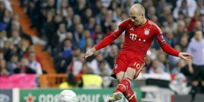 El delantero holandés del Bayern de Munich, Arjen Robben, marca de penalti el primer gol de su equipo ante el Real Madrid, durante el partido correspondiente a la vuelta de las semifinales de la Liga de Campeones que se disputa esta noche en el estadio Santiago Bernabéu. EFE