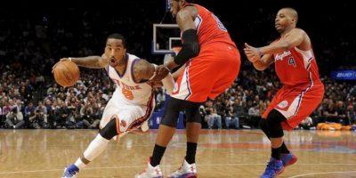 El jugador de los Knicks de Nueva York J.R. Smith (i) se dirige a la cesta ante DeAndre Jordan (c) y Randy Foye (d) de los Clippers de Los Ángeles durante el juego de la NBA que se disputa en el Madison Square Garden De Nueva York (EE.UU.). EFE