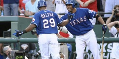El jugador de los Vigilantes de Texas Adrian Beltre (i) celebra su segundo cuandragular conectado con sus compañero Nelson Cruz (d) ante los Yanquis de Nueva York este miércoles 25 de abril de 2012, durante el juego de la MLB que se disputa en el Rangers Ballpark de Arlington, Texas (EEUU). EFE