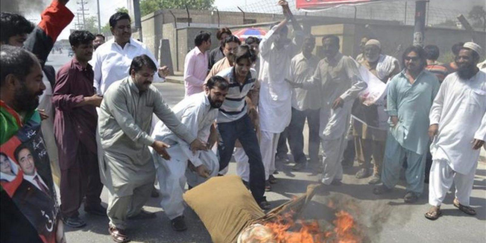 Simpatizantes del gobernante Partido Popular de Pakistán (PPP) protestan después de que el Tribunal Supremo de Pakistán declarara culpable de desacato al primer ministro del país, Yusuf Razá Guilani, por negarse a reabrir una causa de corrupción contra el actual presidente del país, Asif Alí Zardari, en Multan, Pakistán, el jueves 26 de abril. EFE