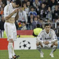 Los jugadores del Real Madrid, Álvaro Arbeloa (i) y el portugués Cristiano Ronaldo muestran su tristeza al ser eliminados de la Liga de Campeones por el Bayern de Munich tras el partido de vuelta de la semifinal disputó en el estadio Santiago Bernabéu, en Madrid. EFE