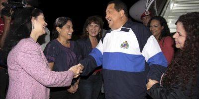 Fotografia cedida este 26 de abril por el Palacio de Miraflores del presidente venezolano, Hugo Chávez, a su regreso a Caracas, tras continuar con su tratamiento contra el cáncer en La Habana, Cuba. EFE