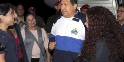 Fotografía cedida este 26 de abril por el Palacio de Miraflores del presidente venezolano, Hugo Chávez, a su regreso a Caracas, tras continuar con su tratamiento contra el cáncer en La Habana, Cuba. EFE