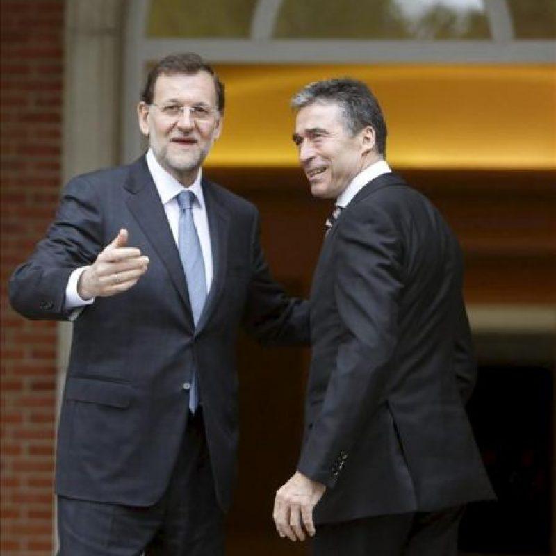El presidente del Gobierno, Mariano Rajoy (i), junto al secretario general de la OTAN, Anders Fogh Rasmussen, a la llegada de este al Palacio de La Moncloa donde se han reunido este mediodía para abordar la situación en Afganistán y la próxima cumbre de la Alianza en Chicago (EEUU). EFE