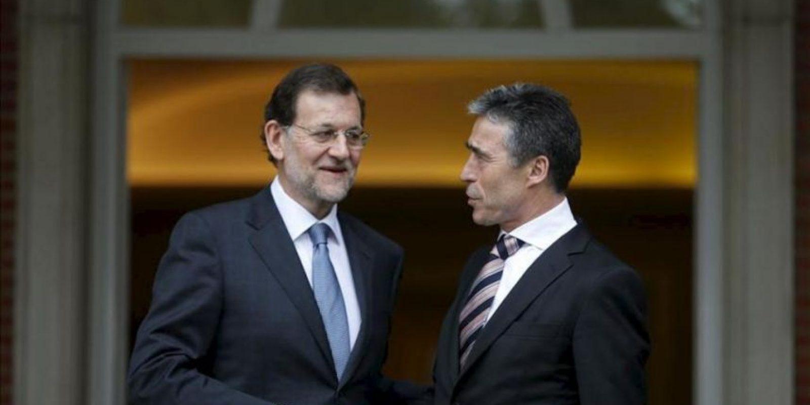 El presidente del Gobierno, Mariano Rajoy (i), saluda al secretario general de la OTAN, Anders Fogh Rasmussen, a la llegada de este al Palacio de La Moncloa donde se han reunido este mediodía para abordar la situación en Afganistán y la próxima cumbre de la Alianza en Chicago (EEUU). EFE