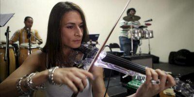 """La violinista Búlgara, Militza Iankova, participa del ensayo general del concierto """"Voces inmigrantes en República Dominicana"""", este 24 de abril de 2012, en Santo Domingo (República Dominicana). EFE"""