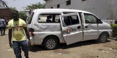 """Vista de unas furgonetas en el lugar donde se produjo una explosión en la redacción del diario nigeriano """"Thisday"""" en Abuja, Nigeria, hoy, jueves 26 de abril de 2012. EFE"""