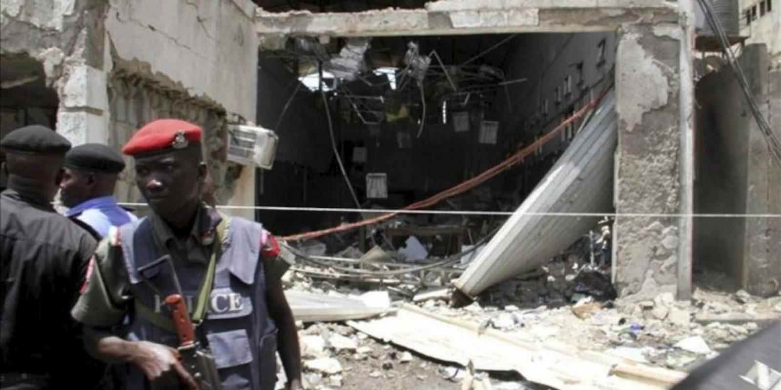 """Unos miembros de las fuerzas de seguridad permanecen en el lugar donde se produjo una explosión en la redacción del diario nigeriano """"Thisday"""" en Abuja, Nigeria, hoy, jueves 26 de abril de 2012. EFE"""
