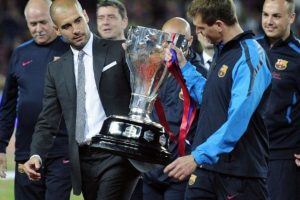 Con Guardiola levantan el trofeo de la Liga 2010-2011 Foto:AFP