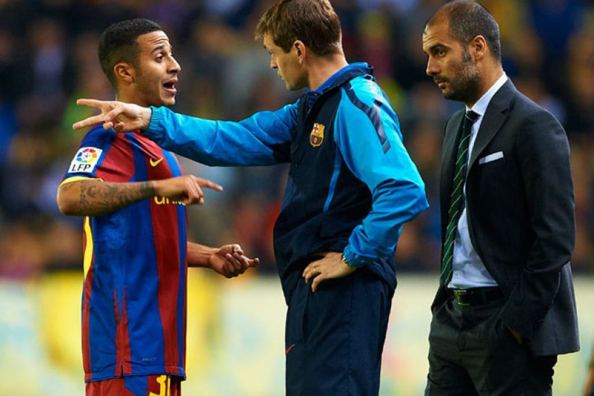 Dándole instrucciones a Thiago, partido contra el Villarreal, abril de 2011. Foto:Getty