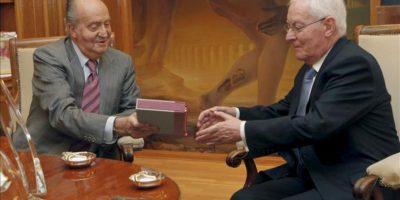 El rey Juan Carlos durante la audiencia que ha mantenido hoy con el director del Instituto Cervantes, Víctor García de la Concha. EFE