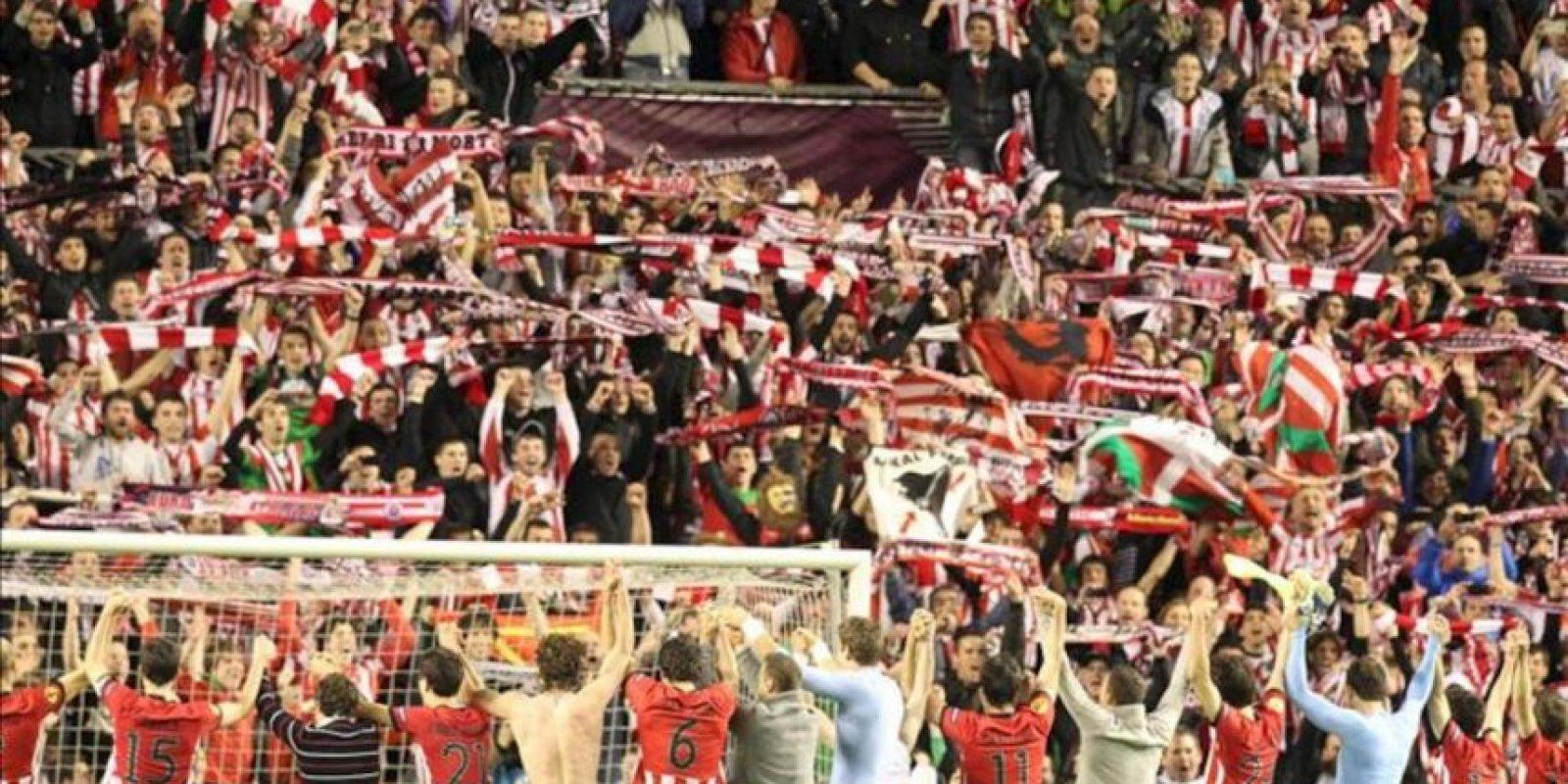Los jugadores del Athletic Club celebran con la afición la clasificación del equipo para la final de la Liga Europa al eliminar al Sporting de Lisboa, tras el partido de vuelta de las semifinales disputado esta noche en el estadio de San Mamés, en Bilbao. EFE