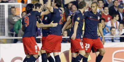 Los jugadores del Atlético de Madrid celebran el gol marcado al Valencia, durante el partido de vuelta de semifinales de la Liga Europa que disputando este jueves en el estadio de Mestalla, en Valencia. EFE