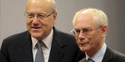 El presidente del Consejo Europeo, Herman Van Rompuy (dcha), recibe al primer ministro libanés, Najib Mikati (izda), antes de su reunión hoy en la sede de la Unión Europea en Bruselas (Bélgica) . EFE/Olivier Hoslet