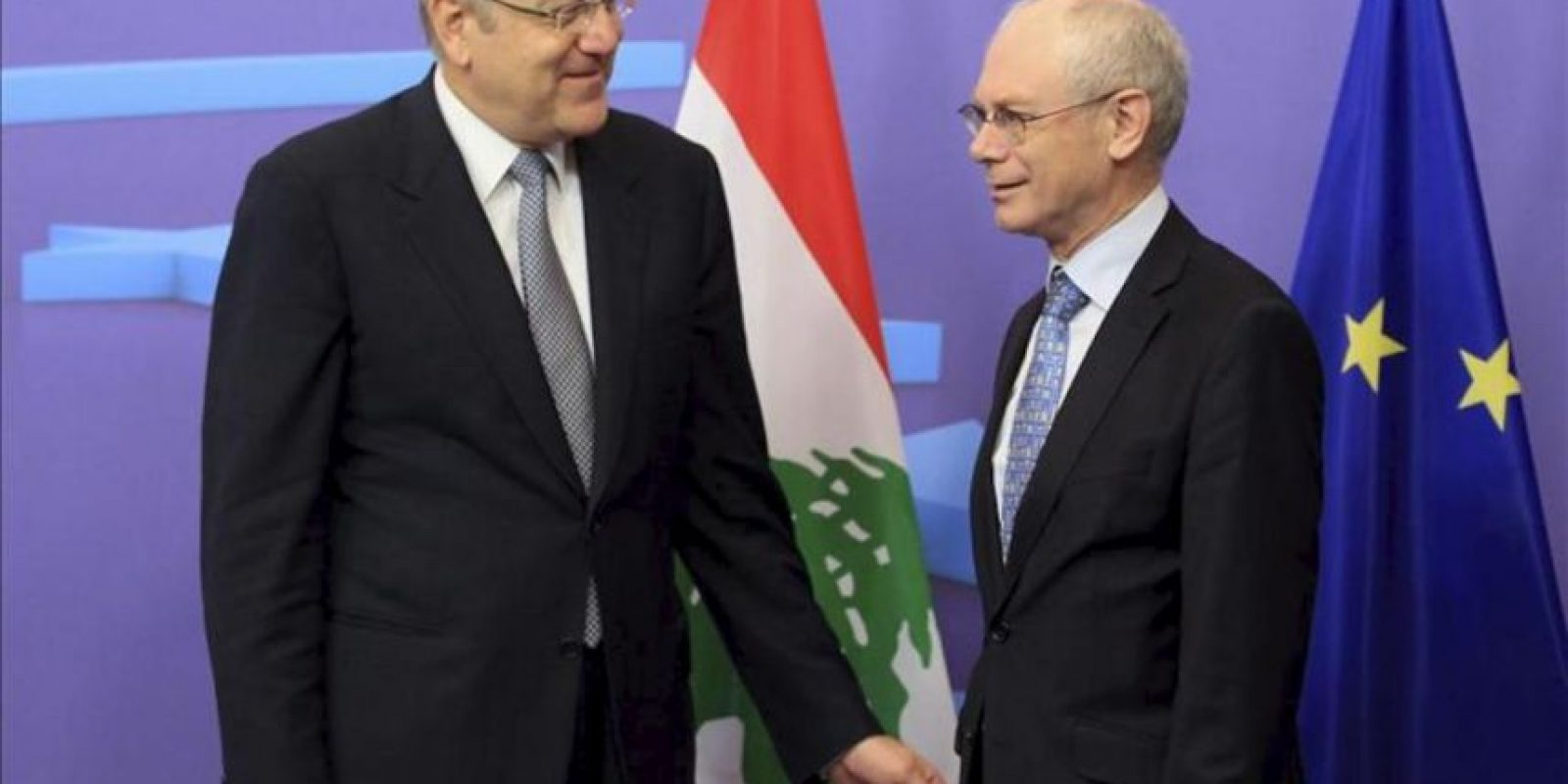 El presidente del Consejo Europeo, Herman Van Rompuy (dcha), recibe al primer ministro libanés, Najib Mikati (izda), hoy antes de su reunión en la sede de la Unión Europea en Bruselas (Bélgica). EFE