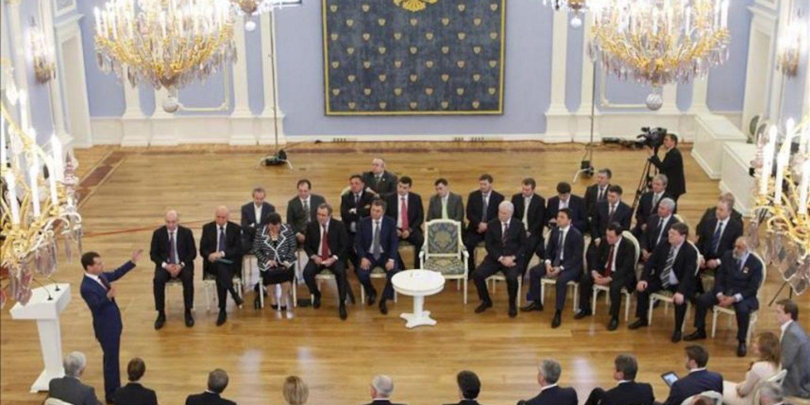 El presidente saliente y futuro primer ministro de Rusia, Dmitri Medvédev (i), interviene durante una reunión con los dirigentes de la formación oficialista Rusia Unida (RU), en Moscú (Rusia), el 27 de abril de 2012.EFE