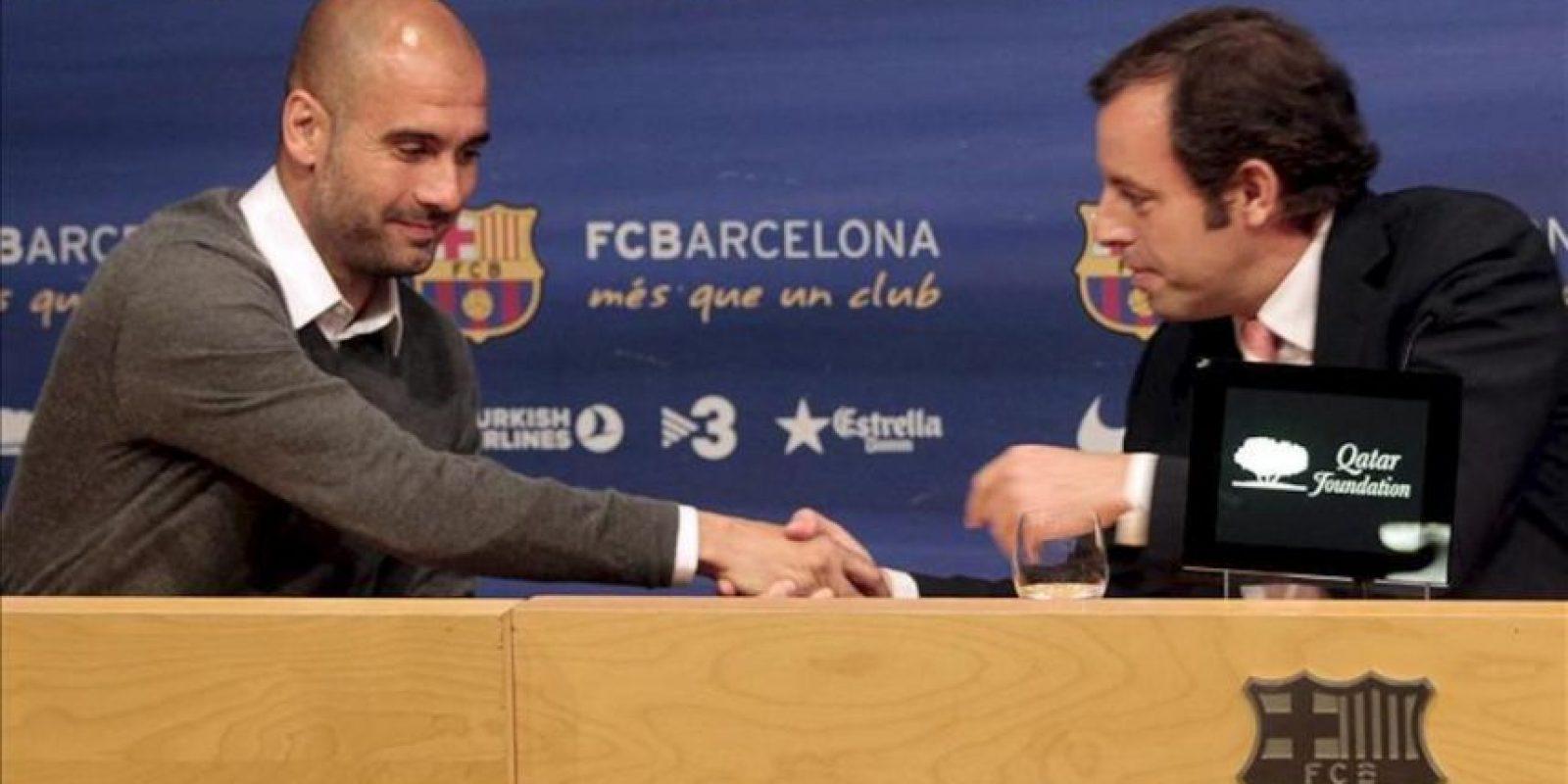 El entrenador del Barcelona, Pep Guardiola (i), se da la mano con el presidente del club, Sandro Rosell, al inicio de la rueda de prensa en la que se anunció que el técnico ha decidido poner punto y final a su trayectoria al frente del equipo catalán a finales de la presente temporada. EFE