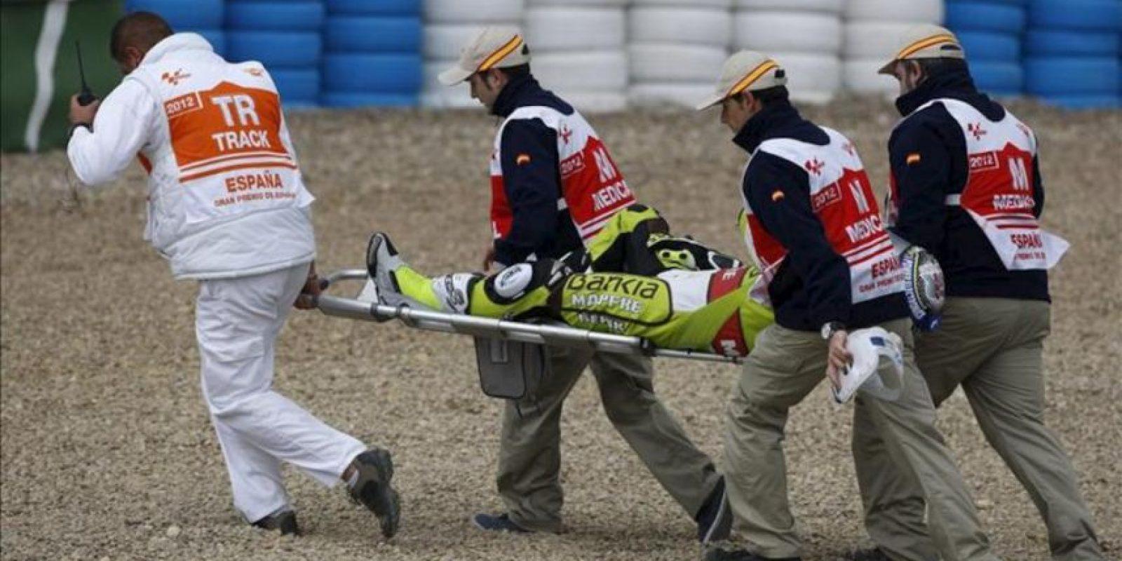 El piloto español Héctor Faubel (Kalex KTM) es trasladado en camilla por las asistencias tras la caída sufrida, a menos de diez minutos para el final de los primeros entrenamientos libres del Gran Premio de España de Moto3 hoy, en el circuito de Jerez, donde el próximo domingo se disputa el Gran Premio de España de MotoGP. EFE