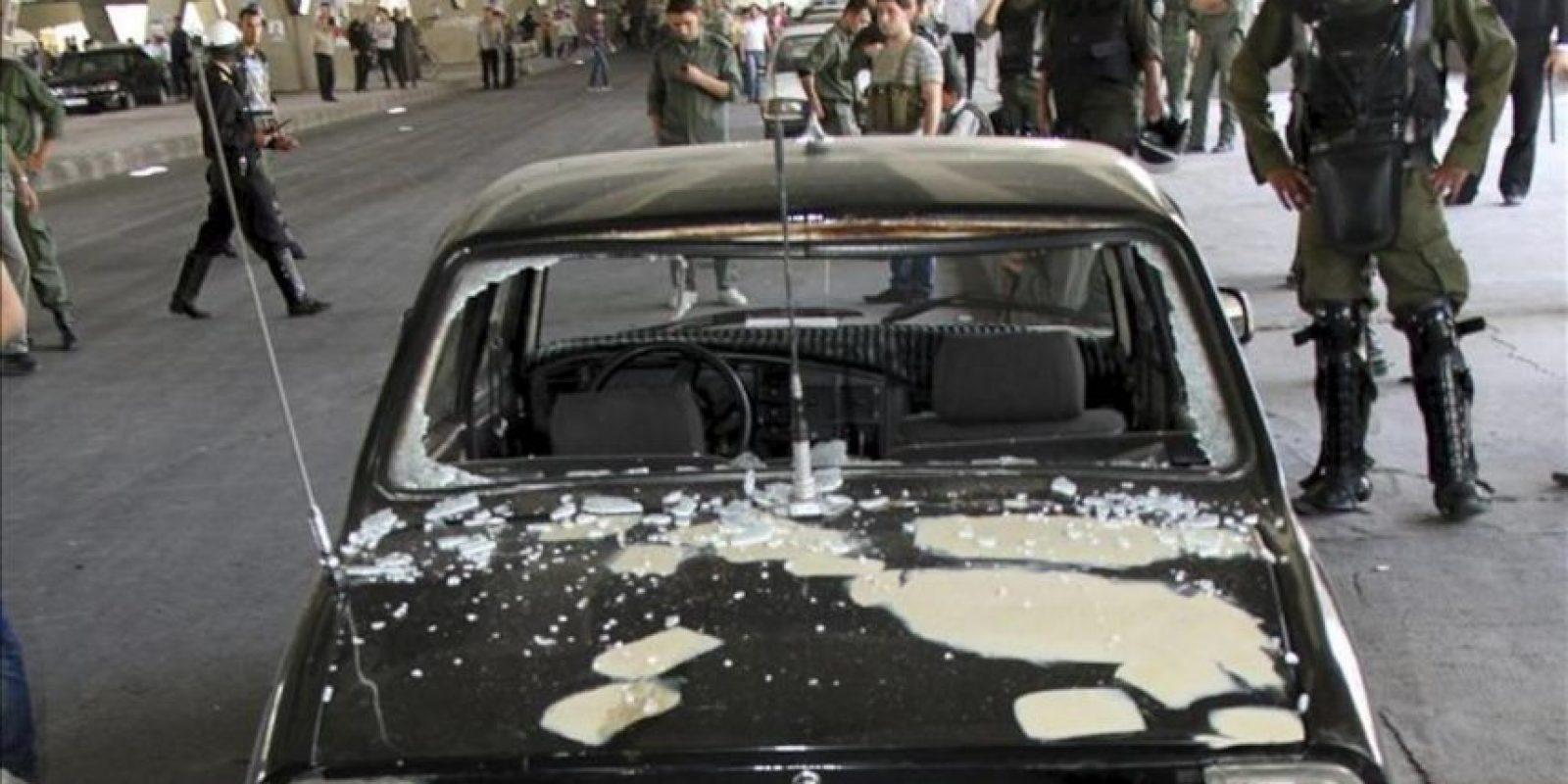 Policías sirios aseguran la zona donde ha explotado una bomba, en el barrio de Al Maidan, Damasco, Siria. EFE