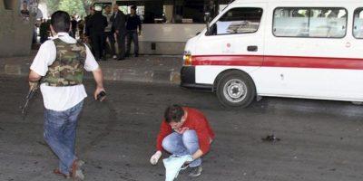 Policías sirios toman pruebas en la zona donde ha explotado una bomba, en el barrio de Al Maidan, Damasco, Siria. EFE