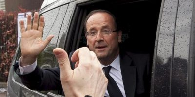 """El candidato socialista a la presidencia de Francia, François Hollande, se despide de un grupo de simpatizantes tras la visita que ha realizado el festival del música """"Printemps de Bourges"""" en Borges, Francia. EFE"""