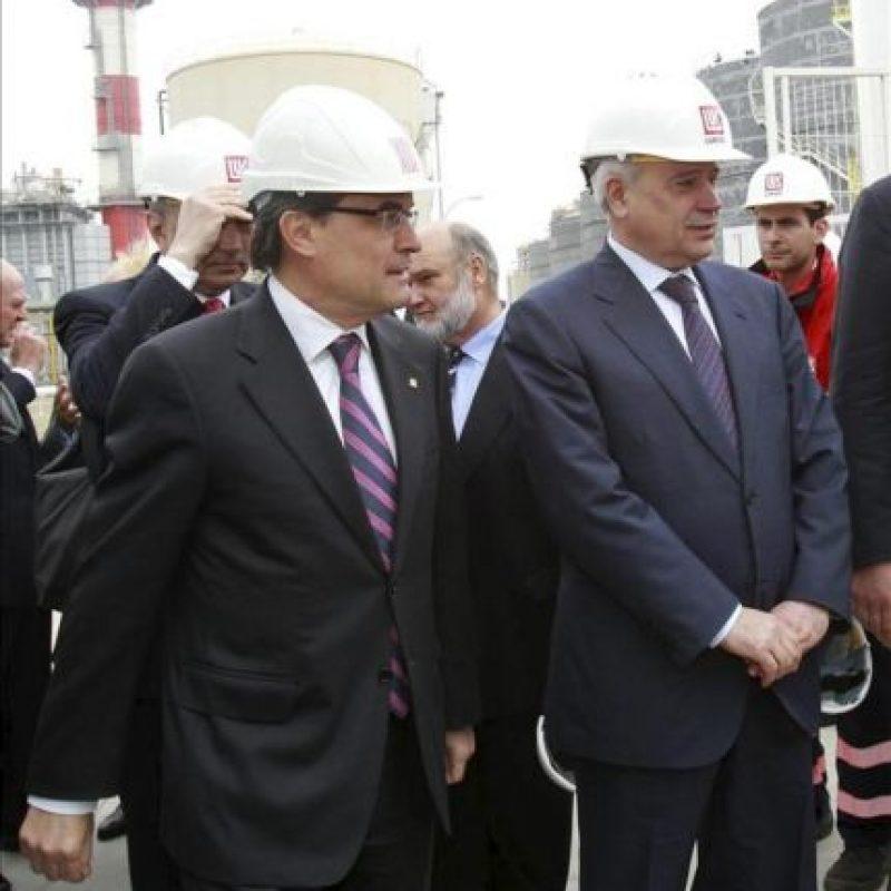 El presidente de la Generalitat de Catalunya, Artur Mas, y el presidente de Lukoil, Vagit Alekperov, durante la inauguración hoy de la nueva terminal en el Puerto de Barcelona de Lukoil y Meroil, una alianza con la que la petrolera rusa desembarca en España. EFE