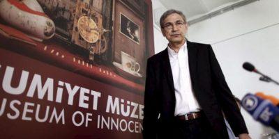 El novelista y premio Nobel turco Orhan Pamuk llega a la rueda de prensa en la que ha presentado el Museo de la Inocencia en Estambul hoy. EFE