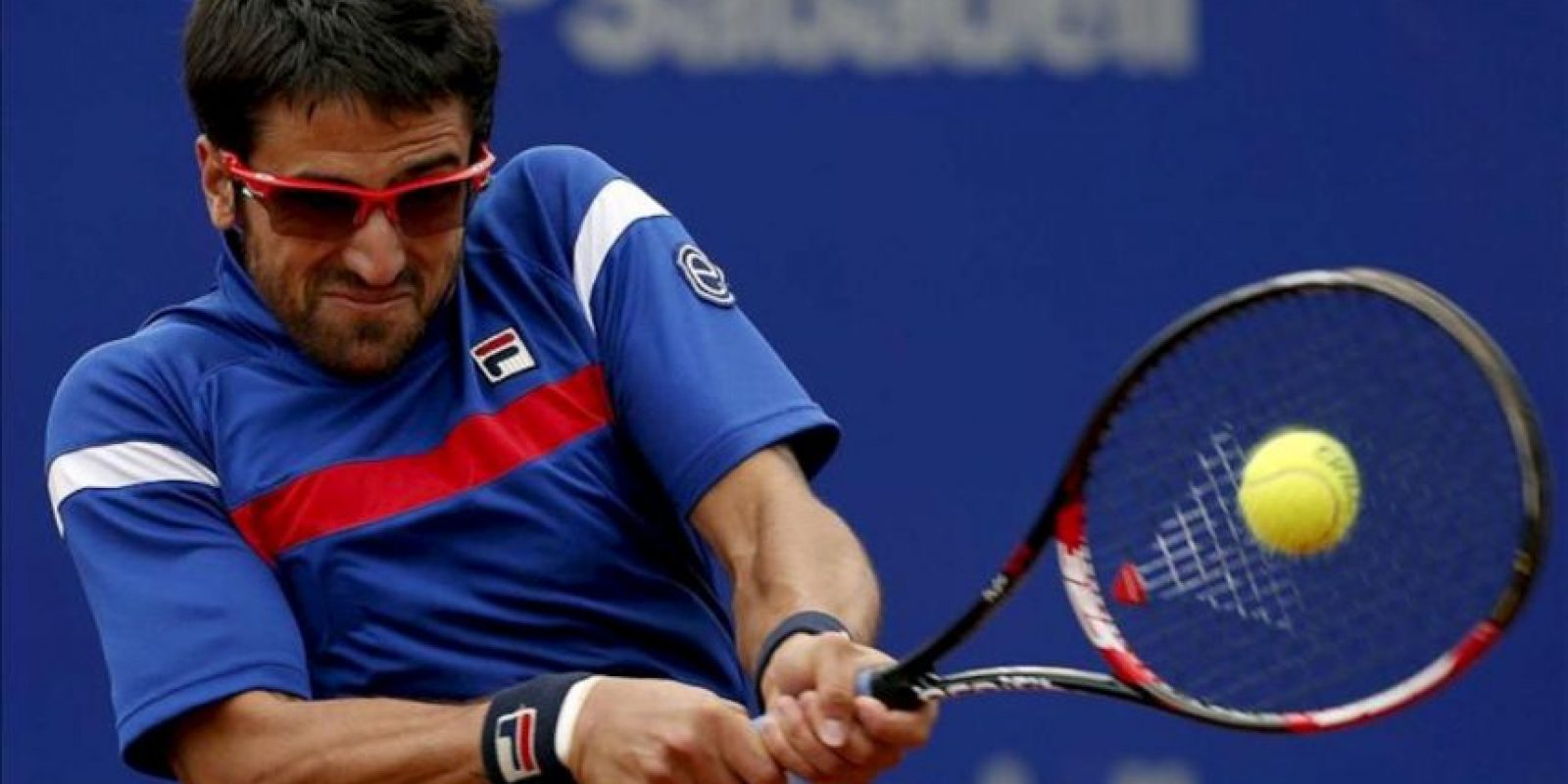 El tenista serbio Janko Tipsarevic devuelve una pelota durante el partido de cuartos contra el mallorquín Rafa Nadal. EFE