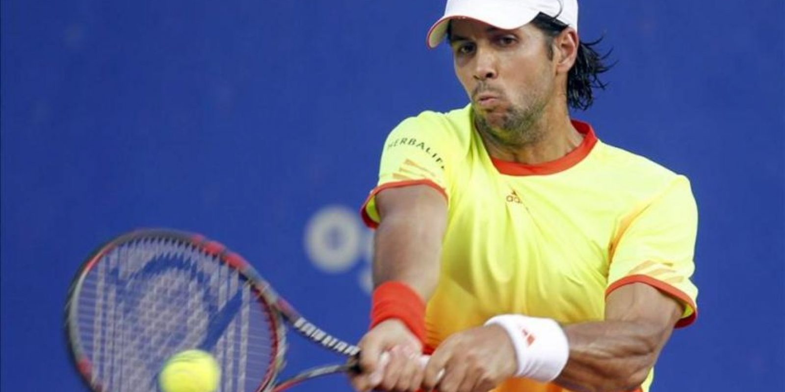 El tenista español Fernando Verdasco devuelve una pelota al japonés Kei Nishikori. EFE