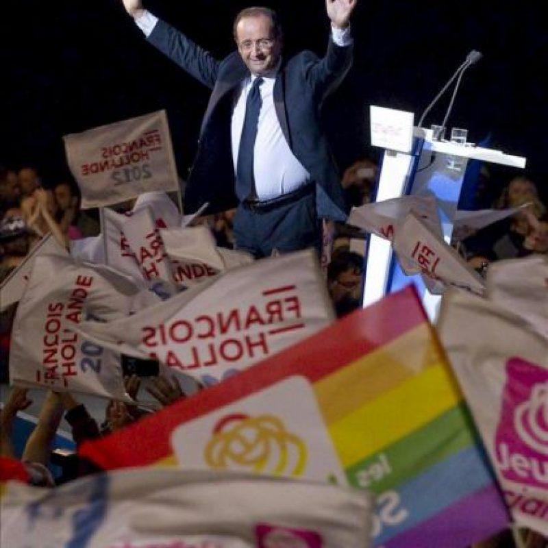 El candidato socialista a la presidencia de Francia, François Hollande, saluda a sus simpatizantes durante un acto electoral en Limoges, Francia. EFE