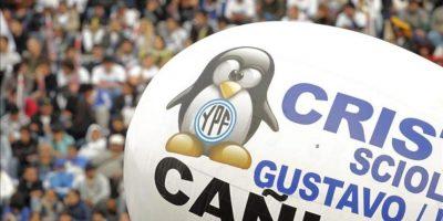 Detalle del logotipo de la petrolera YPF en un globo durante un multitudinario acto en el estadio Vélez de Buenos Aires, Argentina, este 27 de abril, convocado por seguidores de la presidenta argentina, Cristina Fernández. EFE