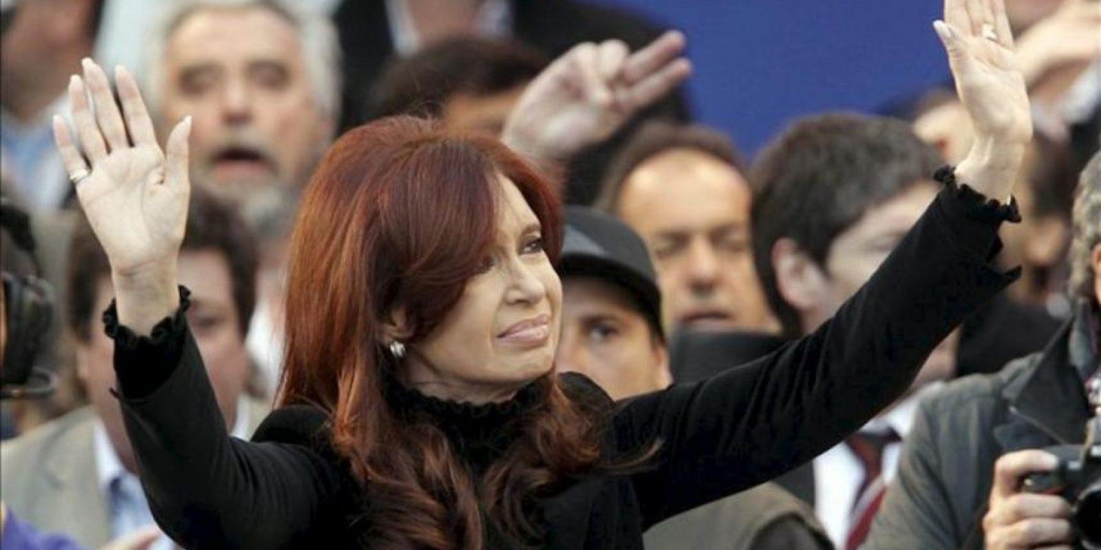 La presidenta de Argentina, Cristina Fernández de Kirchner, saluda a sus seguidores durante un acto multitudinario en el estadio de Vélez Sarsfield, en Buenos Aires (Argentina). EFE